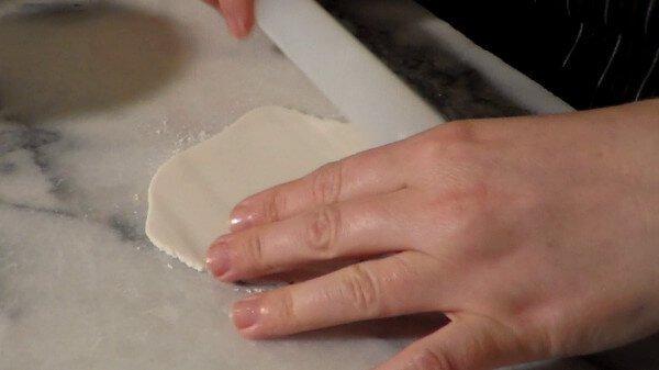 stendere-la-pasta-di-zucchero