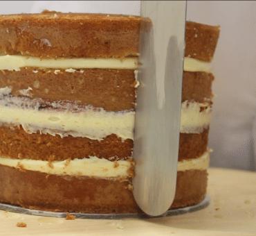 Bagnare e farcire una torta