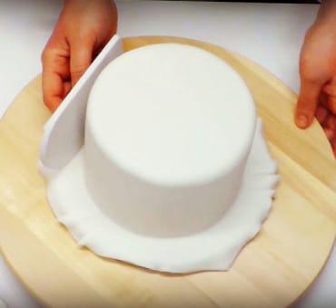Rivestire una torta con pasta di zucchero