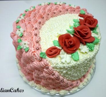 Torta rotonda decorata con panna montata