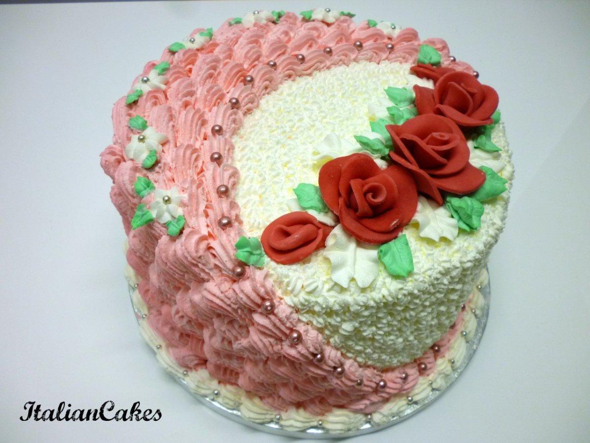torta decorata con panna tonda