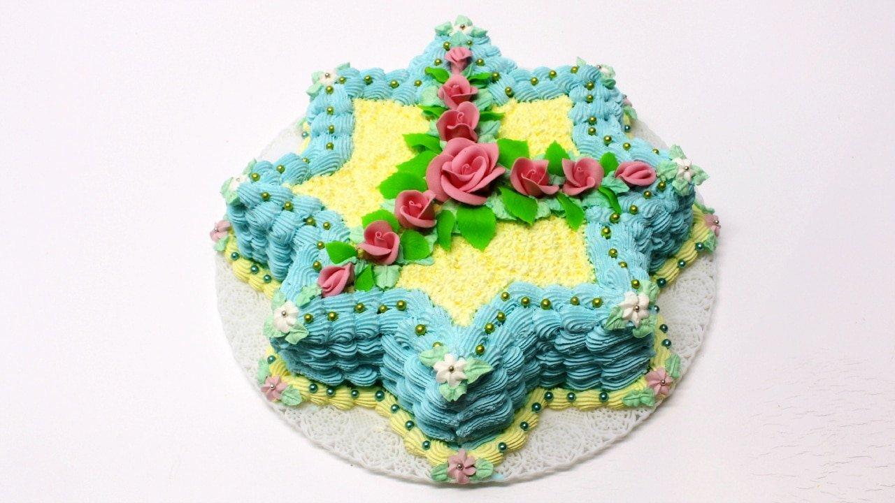 Torta di compleanno decorata con panna montata