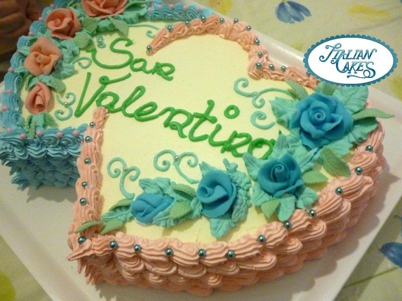 torta di san valentino decorata con panna