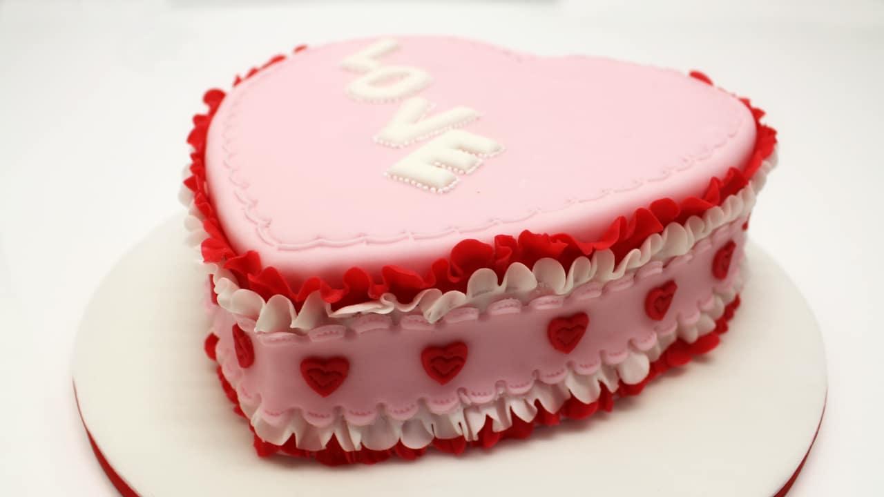 Torta decorata per san valentino in pasta di zucchero