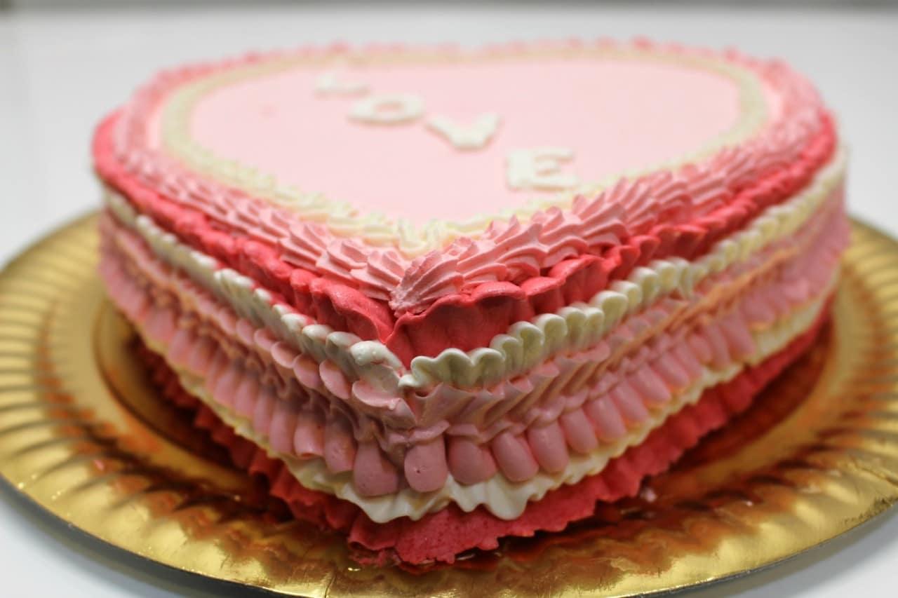 Torta di san valentino decorata con panna montata