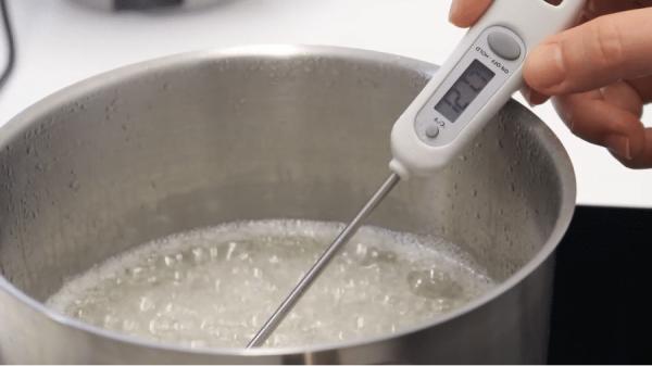 Cottura dello zucchero per meringa italiana