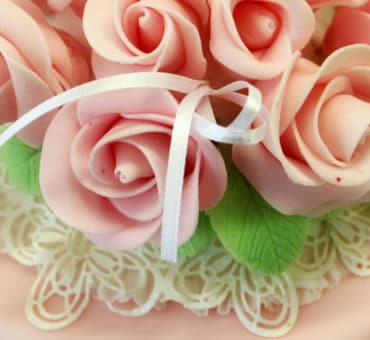 Torte decorate: topper di fiori e sugar dress