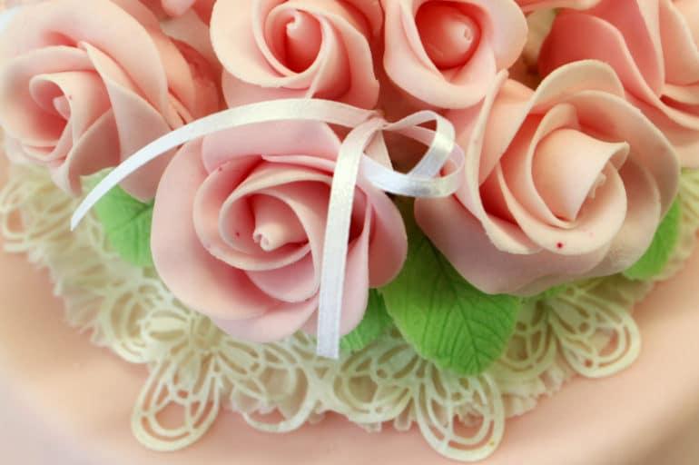 Torte decorate: topper di fiori e sugar dress