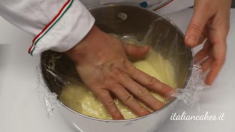 Coprire la crema con pellicola trasparente