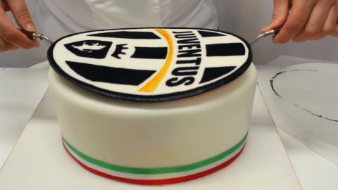 Assemblare la torta juventus in pasta di zucchero