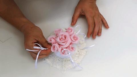 Comporre un bouquet di fiori in pasta di zucchero