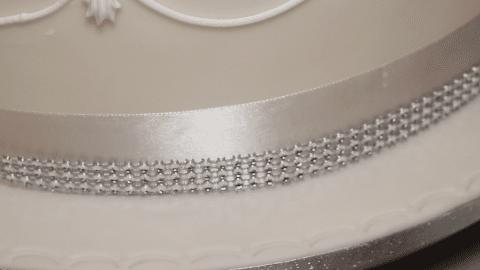 Decorare una torta nuziale con pasta di zucchero