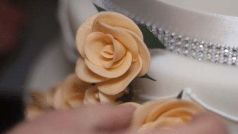 Decorate una wedding cake con fiori in pasta di zucchero