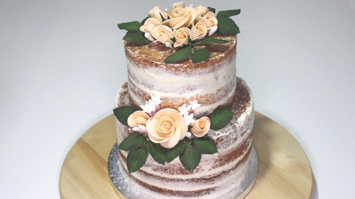 Naked cake con fiori di pasta di zucchero
