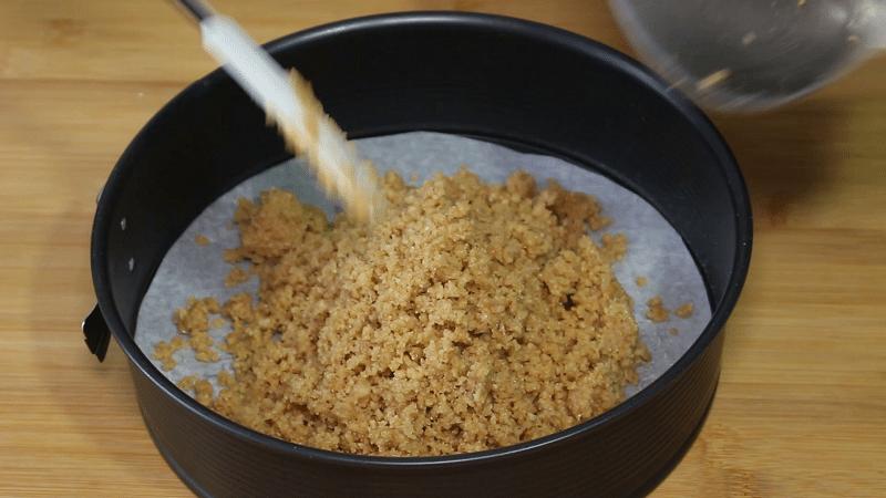 Versare il fondo della cheesecake