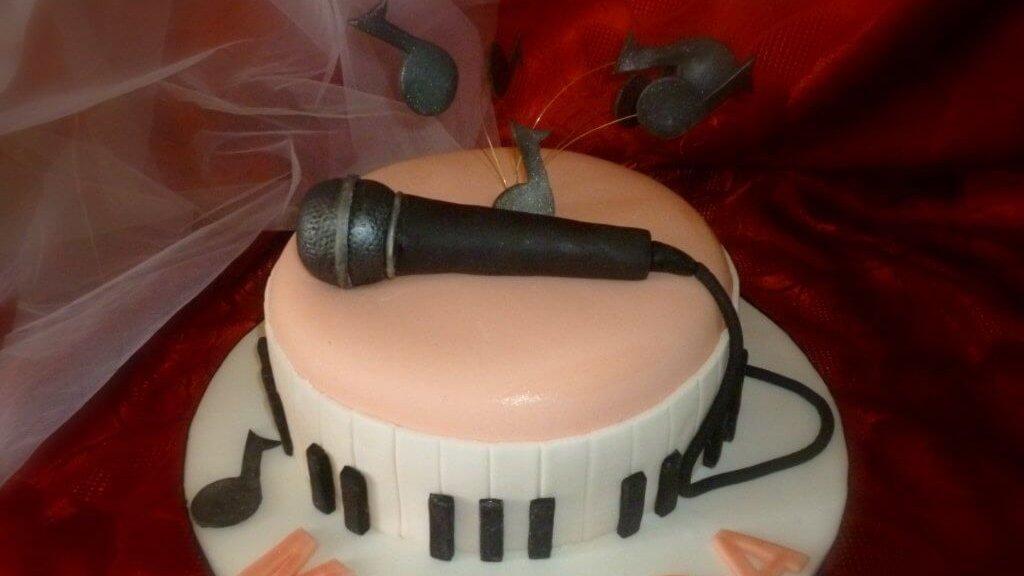 Torta decorata musicale con pasta di zucchero