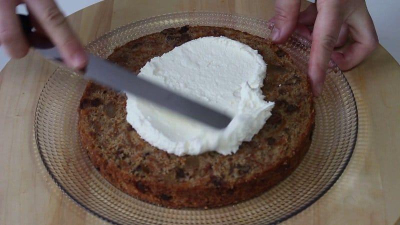 Spalmiamo la crema sulla torta