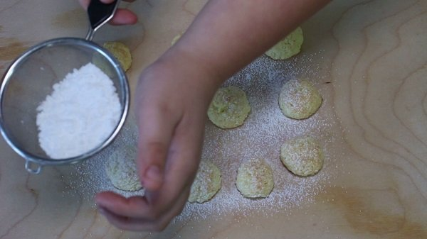 Spolveriamo i biscotti con zucchero a velo