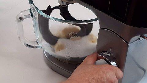 mischiare-burro-e-zucchero